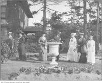Historic photo from 1910 - Noel Marshall, Lady Mann, Mrs. McGregor Young, and other women outside Benvenuto in South Hill